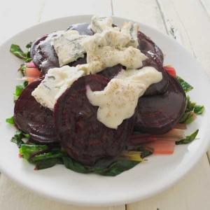 snijbietsalade-met-gorgonzola-rode-bieten-en-rode-bessendressing